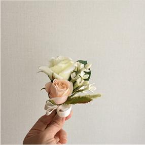 バラのブートニアの写真
