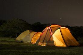 大型テントで過ごす夜の写真