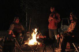 焚き火を囲むの写真