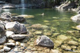 滝壺で泳ぐの写真