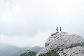 巨岩のある山頂の写真